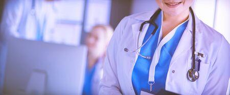 Ärztin, die Tablet-Computer in der Krankenhauslobby verwendet