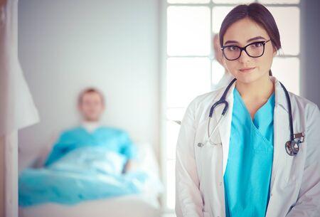 Ärztin, die Tablet-Computer in der Krankenhauslobby verwendet Standard-Bild