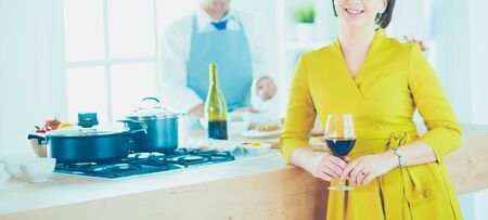 Couple cooking together in the kitchen at home 版權商用圖片 - 128765733