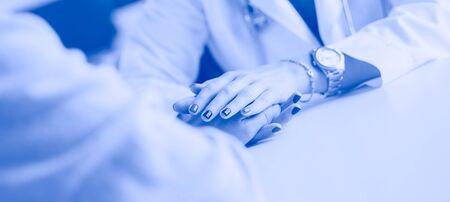Woman doctor helping senior holding hand in hospital Foto de archivo - 130558457