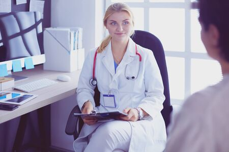 Woman doctor explaining diagnosis to her female patient 스톡 콘텐츠