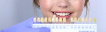 Dentist and patient sitting in dentist office. Foto de archivo - 133295440
