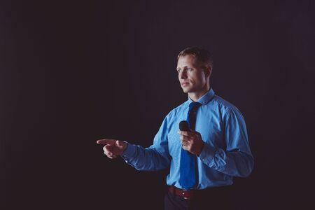 Uomo che tiene un microfono mentre punta il dito contro di te Archivio Fotografico