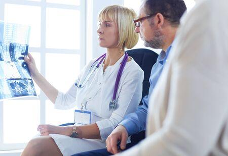 Femme médecin expliquant les résultats des rayons X au patient