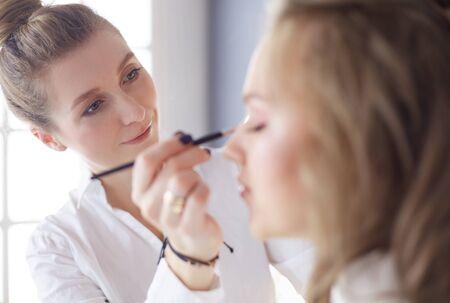 belle jeune femme mannequin se maquiller à la mode Banque d'images
