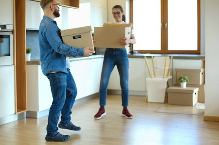 Pareja sosteniendo cajas para mover las manos y bailar con cajas. Foto de archivo