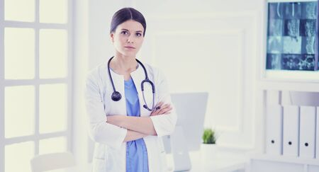 Jeune femme médecin souriante avec stéthoscope au bureau des médecins