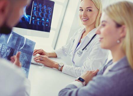 Doctor woman shows the patient chest x-ray Foto de archivo