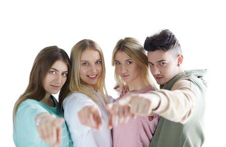 Junge Leute, die auf dich zeigen, stehen zusammen