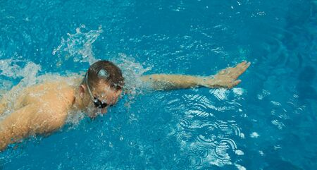 Male swimmer at the swimming pool. Underwater photo. Male swimmer Banque d'images