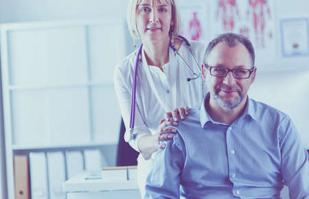 doctor talking to her male patient at office Stockfoto