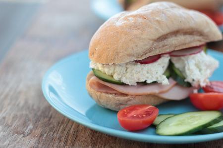preparaba: Reci�n preparado s�ndwich con jam�n, verduras y queso cottage. Foto de archivo