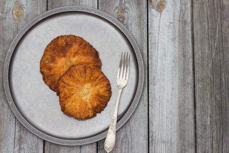 papalote: Setas Deep Fried cometa en una placa de estaño. Foto de archivo