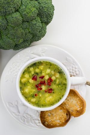 comida chatarra: Sopa de brócoli rápida con chile y rebanadas tostadas de rollo.