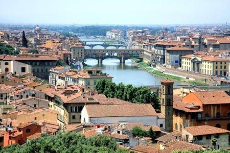 クロッシング アルノ川フィレンツェ ヴェッキオ橋します。 写真素材
