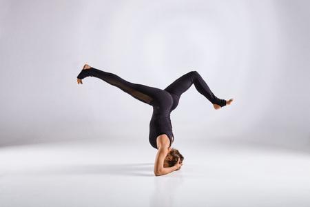 cognicion: Deportivo mujer de mediana edad la práctica haciendo yoga aislado sobre fondo blanco - concepto de vida sana y el equilibrio natural entre la evolución física y mental