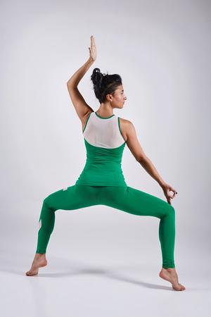 cognicion: Deportivo, joven, mujer, yoga, práctica, aislado, blanco, fondo, concepto, sano, vida, natural, equilibrio, cuerpo, mental, desarrollo Foto de archivo