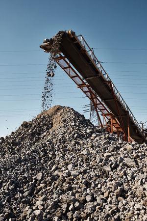 Working conveyor belt on slag transportation and loading Banque d'images