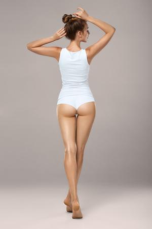 Capture en studio HD d'une belle jeune femme en sous-vêtements. Corps bronzé mince et parfait - un exemple de sport, de régime, de fitness ou de chirurgie plastique et de cosmétologie esthétique
