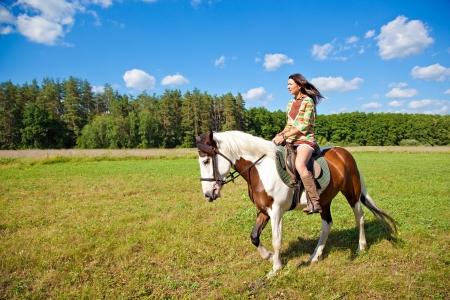 femme et cheval: Une jeune fille habill�e comme un man�ges indiennes un cheval de peinture Banque d'images