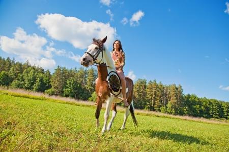 actividades recreativas: Una chica joven vestida como un indio paseos a caballo de la pintura
