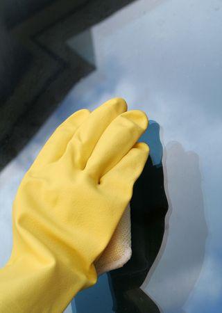 cleaning window: Pulizia finestra con vetro che riflette il cielo Archivio Fotografico