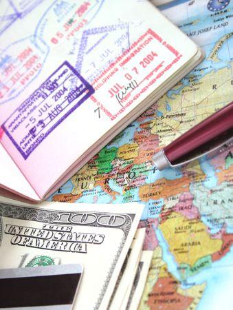 boarding card: International Travel Serie (passaporto, carta, penna, centinaia di dollari di bollette, carta di credito)