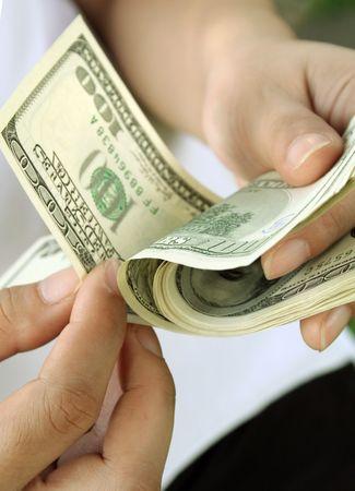 dollar bills: Donna contare centinaia di dollari di fatture