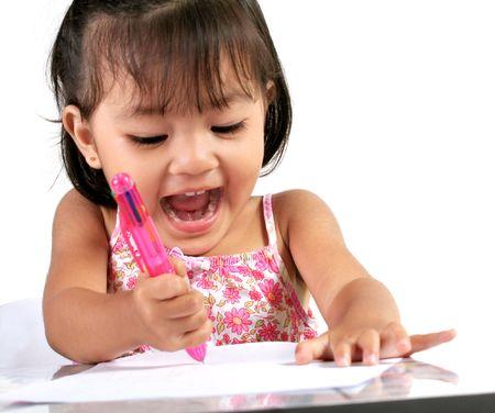 old year: Tre anni ragazza asiatica giocando con carta e penna