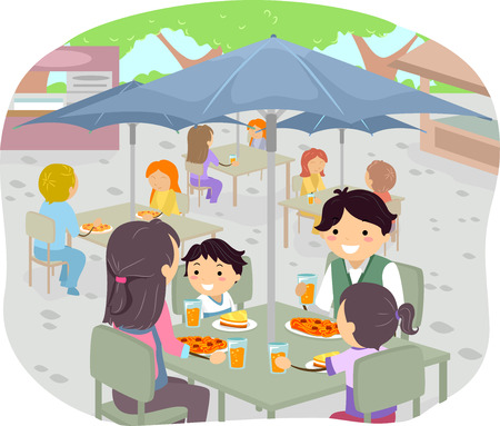 屋外レストランで食事を持っている家族の実例
