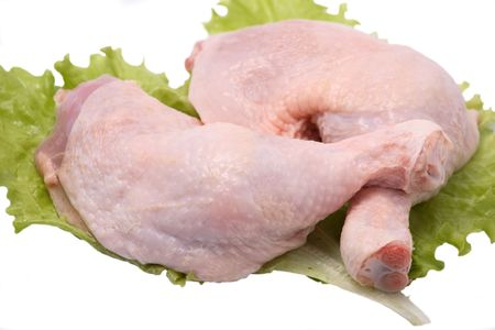 carne cruda: piernas de pollo aislados en blanco