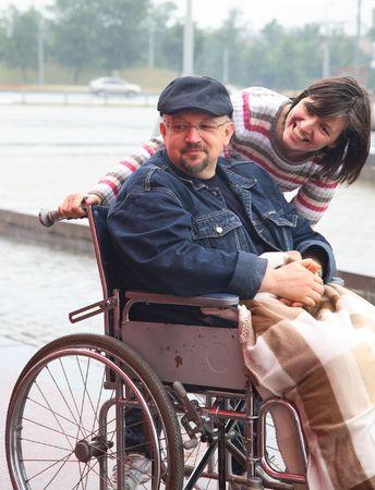 discapacidad: hombre en un carro no v�lidos y su esposa en pie