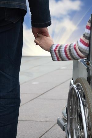 minusv�lidos: suavemente el hombre tiene de la mano de la mujer en el transporte no es v�lido
