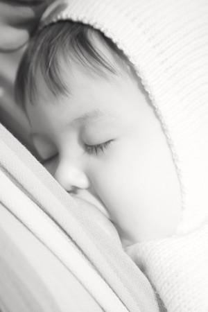 borstvoeding: Lopen met het kind in een baby strop. Borst voeding