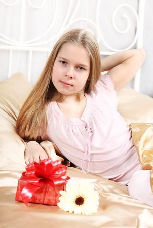 one teenage girl only: chica hermosa diez a�os ha visto en la cama un regalo de cumplea�os.
