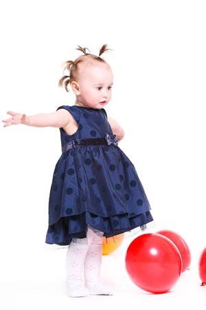 ridicolo: bambina con un ridicolo capelli gioca con palloncini di colore