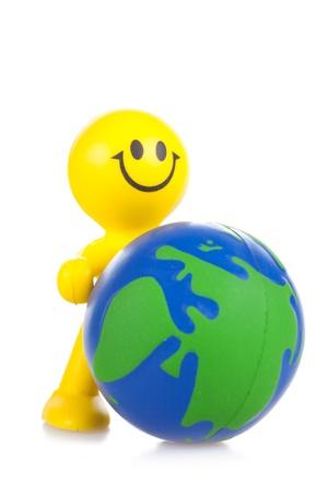 the little man: sorridente piccolo uomo giocattolo si sposta in avanti globo. Si � isolato, uno sfondo bianco
