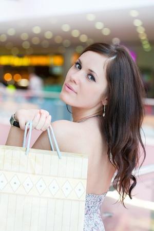 gossip: meisje met aankopen in het grote winkelcentrum