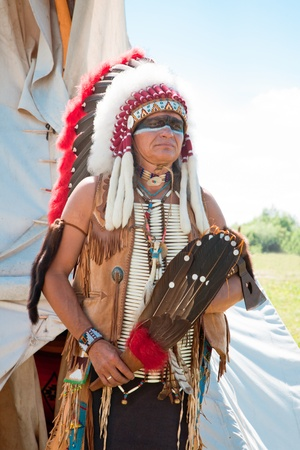 american indian: North American Indian en grande toilette. Reconstruction Banque d'images
