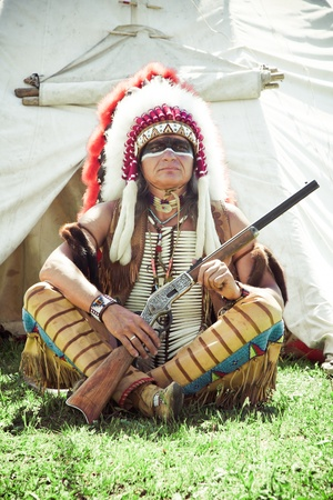american indian: North American Indian en tenue compl�te. Reconstruction Banque d'images