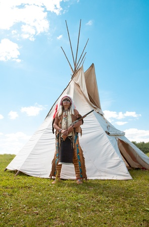 indian chief: North American Indian in full dress. Reconstruction