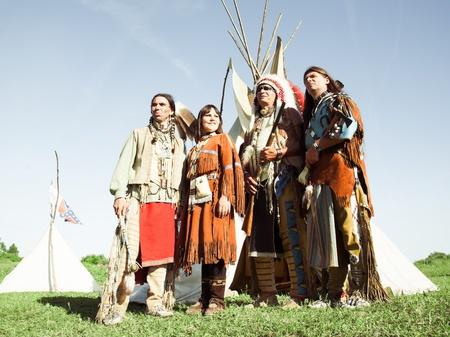 aborigen: Grupo de indios norteamericanos sobre un wigwam