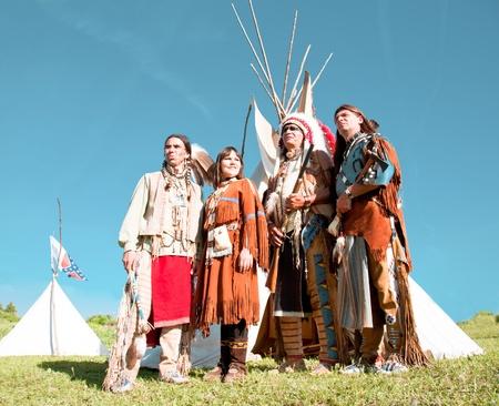 Groep van Noord-Amerikaanse Indianen over een wigwam Stockfoto