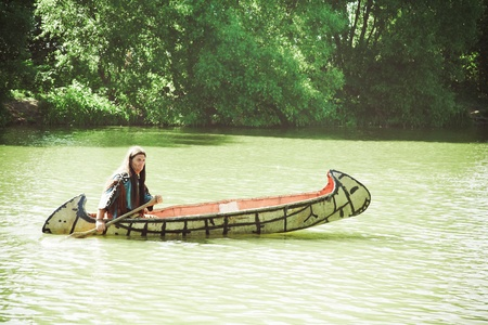 North American Indian flotteurs descendre la rivière sur un canot