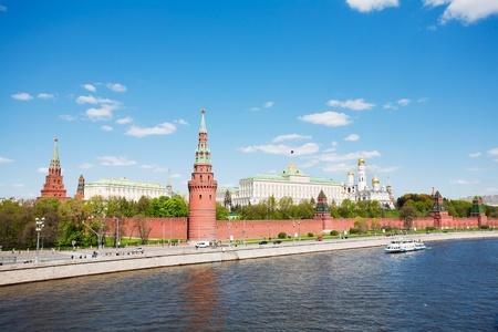 Russie, Moscou, le type au Kremlin de Moscou et le fleuve