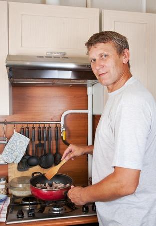 unmarried: hombre maduro hace a s� mismo una cena