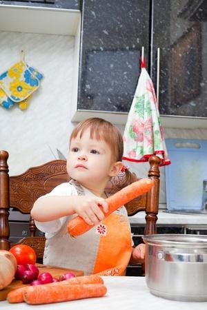 petite fille aide à faire un dîner