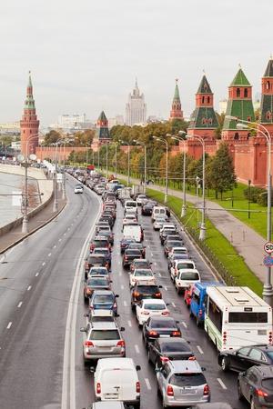 Automobiles de confiture sur le quai du Kremlin à l'heure de pointe. Moscou. La Russie Banque d'images