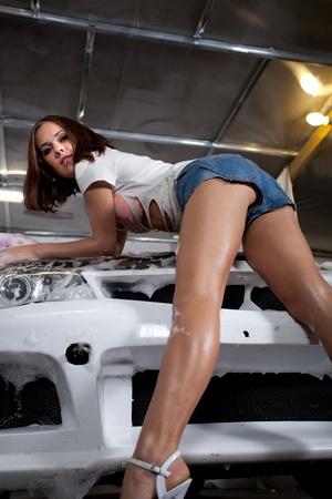 belle fille se lave la voiture
