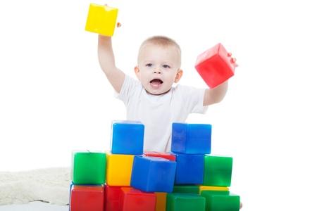 小さな男の子は明るいおもちゃを果たしています。